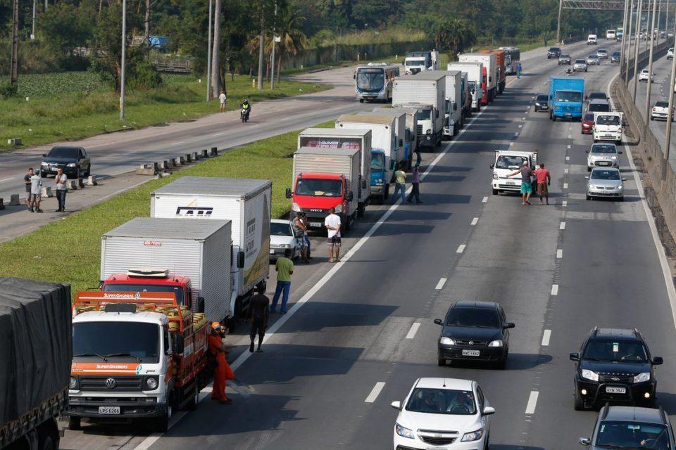 Paralisação dos caminhoneiros na Rodovia Presidente Dutra, no Rio de Janeiro. – Arquivo – Ag. Brasil