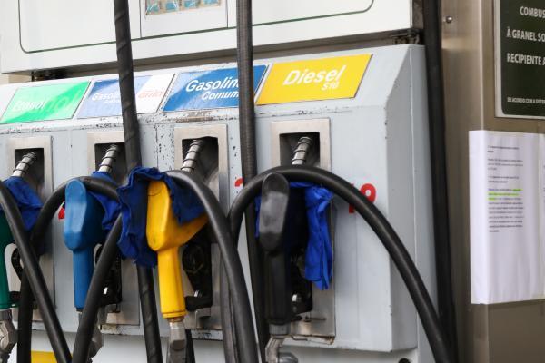 Posto de Curitiba divulga a portaria do governo sobre a redução do diesel (Foto: Franklin de Freitas)