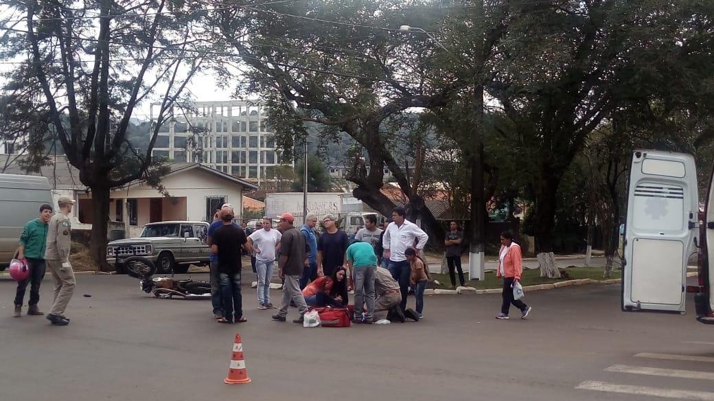 ACIDENTE ENTRE CARRO E MOTO É REGISTRADO NO CENTRO DE LARANJEIRAS DO SUL