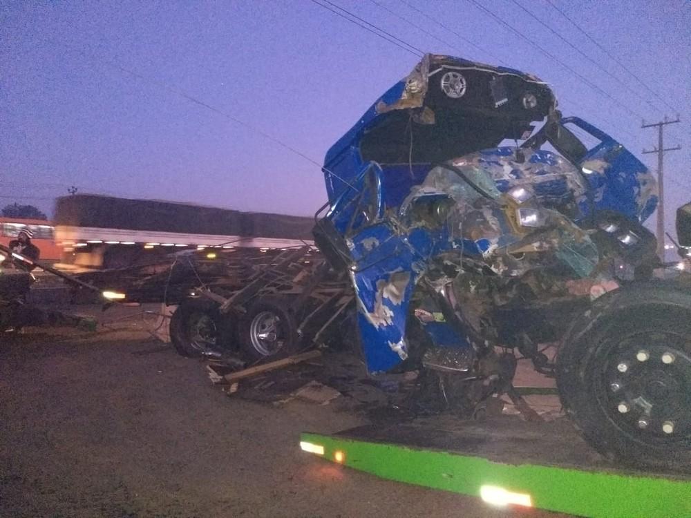 Acidente com sete caminhões mata uma pessoa e fere quatro na BR-376, em Ponta Grossa