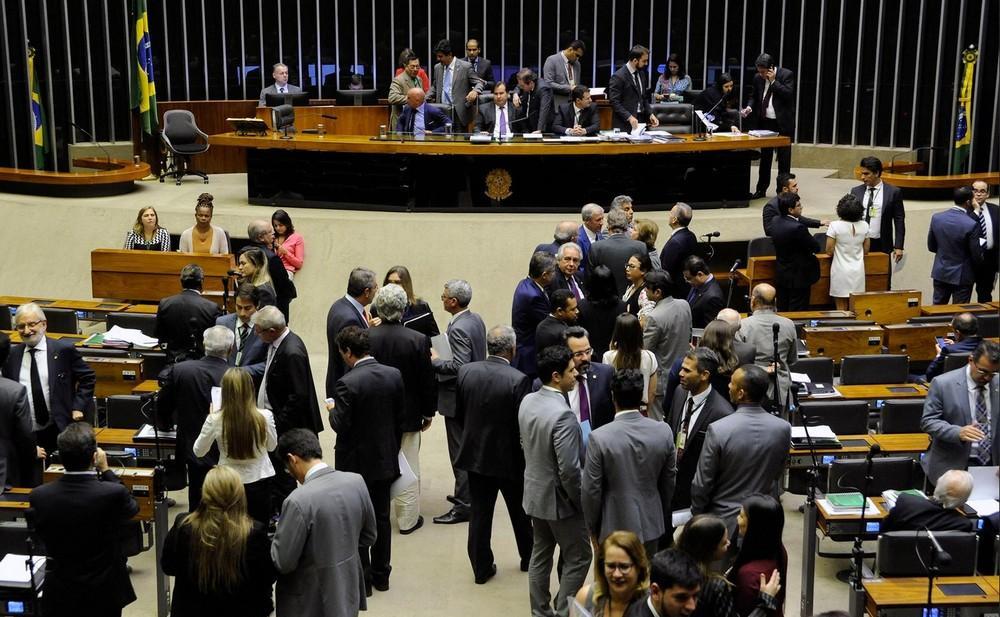 Câmara dá urgência a projeto que viabiliza venda de distribuidoras de energia