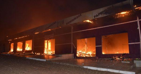 Incêndio destrói loja no Centro de Turvo