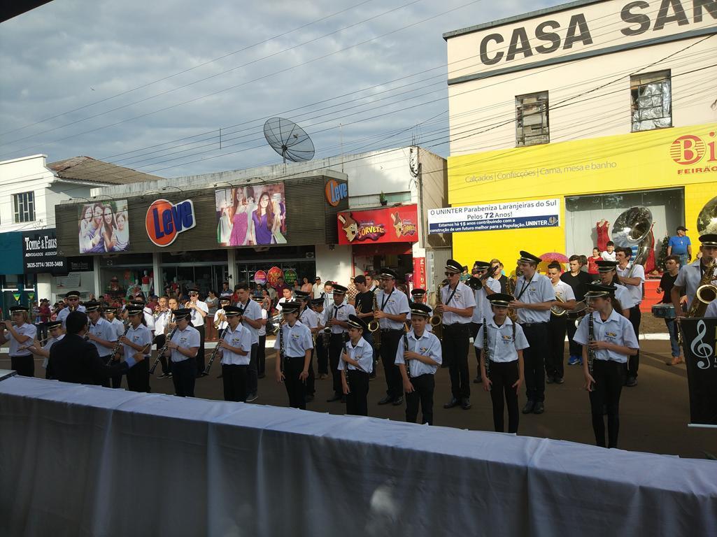 Desfile em homenagem aos 72 anos de Laranjeiras do Sul está acontecendo neste momento