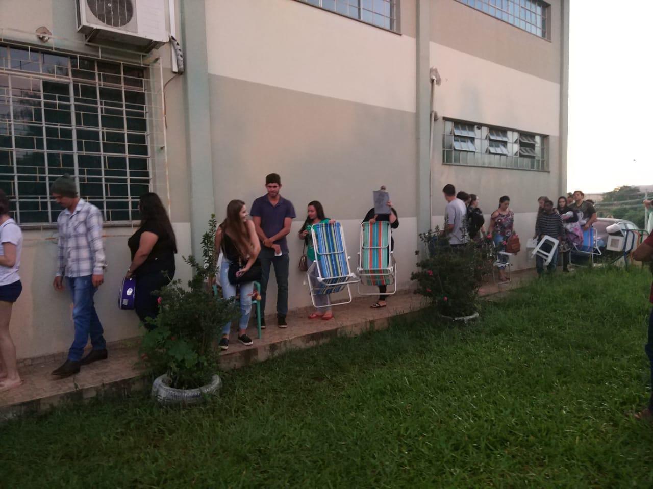 Acadêmicos posam desde domingo em frente UAD para cadastro no transporte universitário