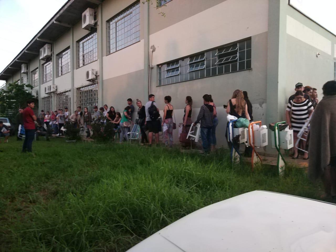 Acadêmicos posam desde domingo(20) em frente UAD para cadastro no transporte universitário
