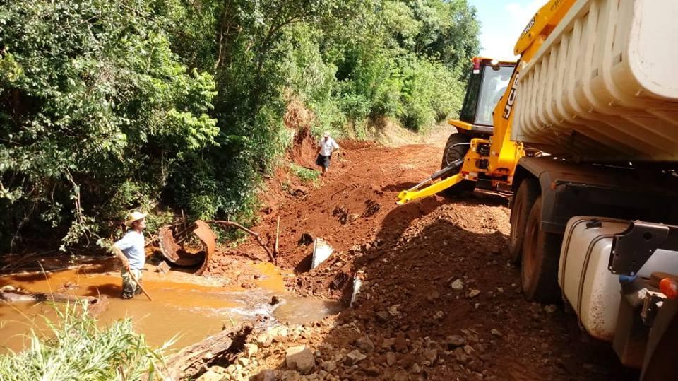 Máquinas estão recuperando estradas na comunidade Nova União em Rio Bonito do Iguaçu
