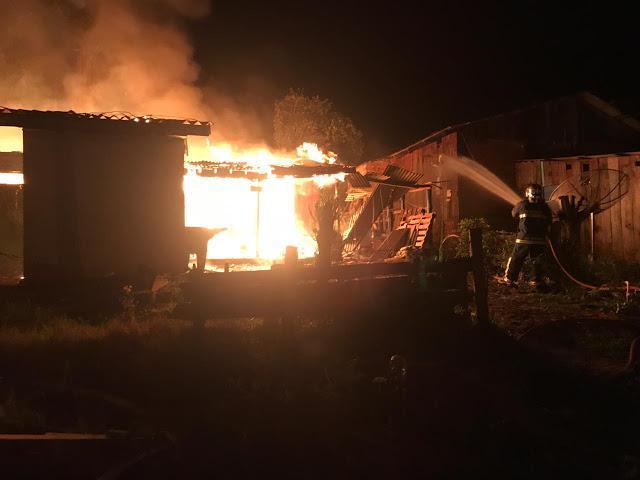 Casa é destruída pelo fogo no bairro Presidente Vargas em Laranjeiras do Sul