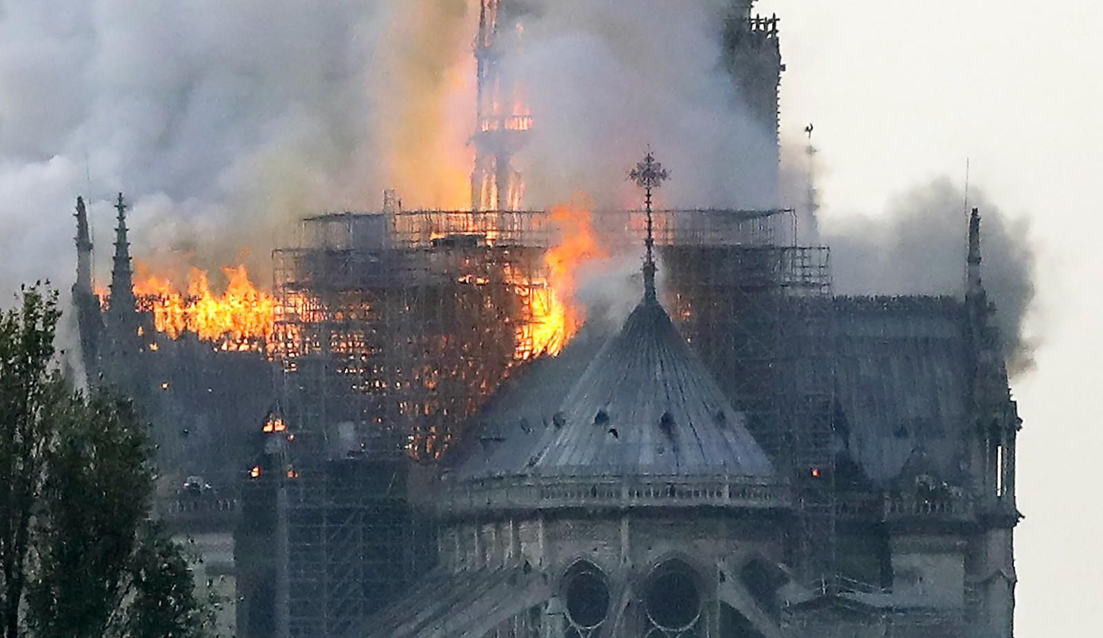 Incêndio atinge a Catedral de Notre-Dame em Paris