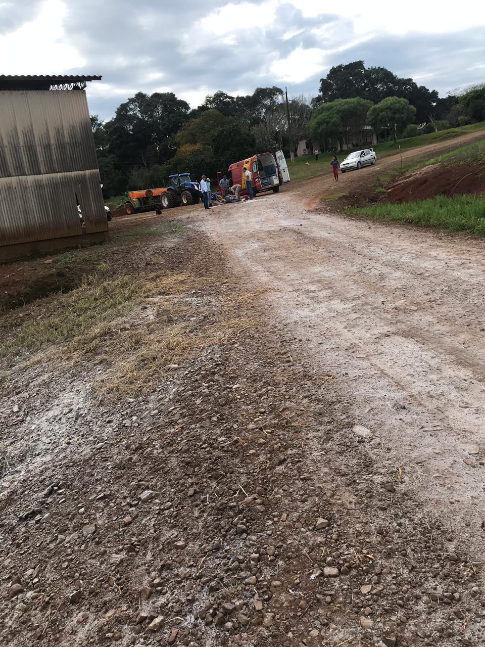 Homem fica gravemente ferido ao cair de caminhão na comunidade do Erval Grande em Laranjeiras do Sul