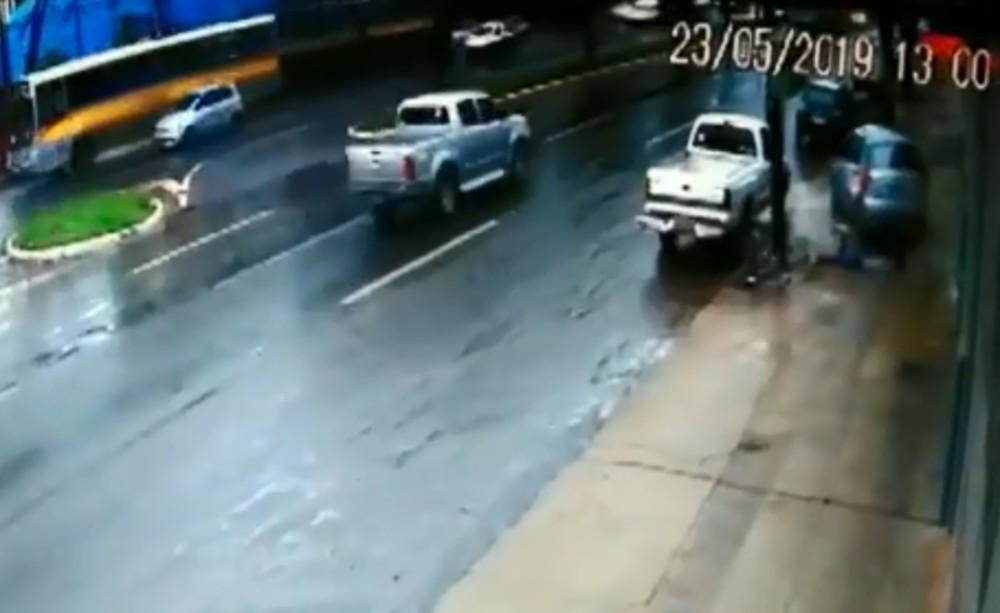 Jovem é arremessada para fora de carro e atropelada pelo veículo em avenida de Maringá