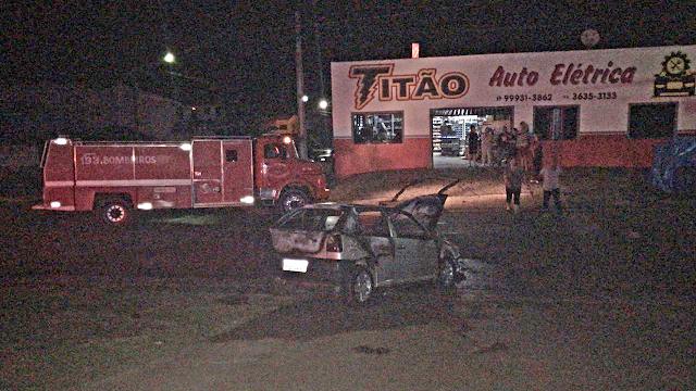 Carro pega fogo em pátio de posto de combustível em Laranjeiras do Sul