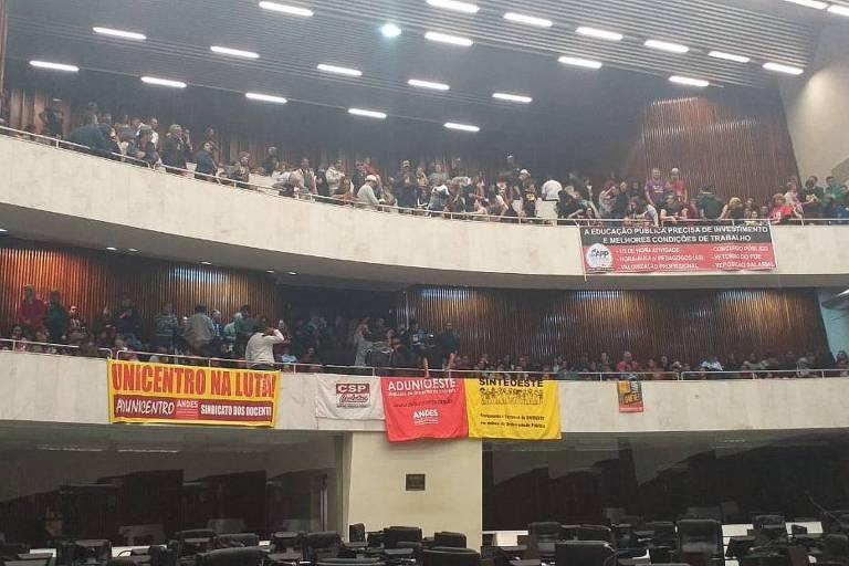 Servidores dormem na Assembleia Legislativa do Paraná