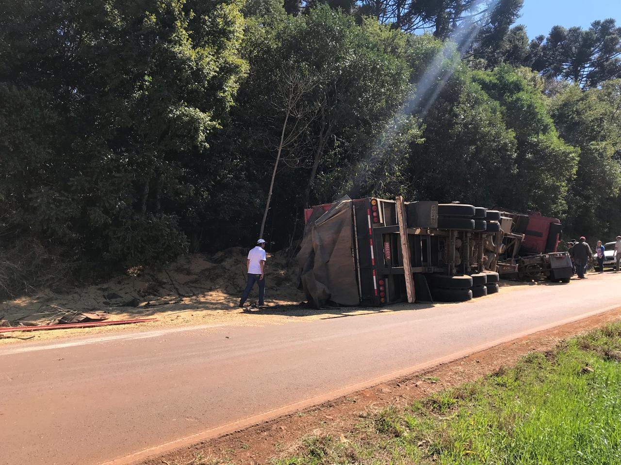 Caminhão tomba e carga fica espalhada na PR 565 entre Laranjeiras do Sul e Porto Barreiro