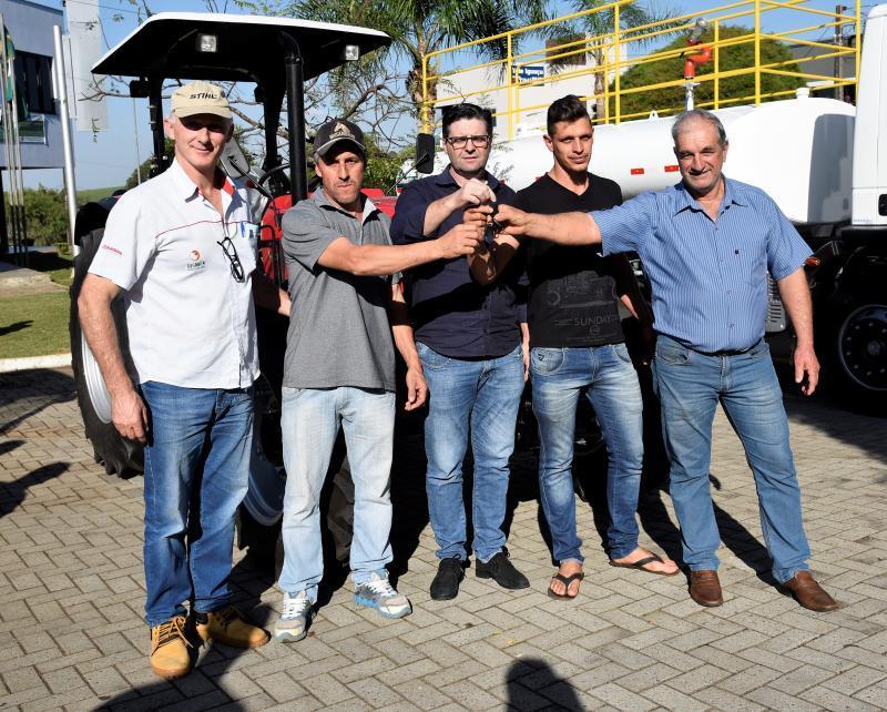 Prefeitura de Saudade do Iguaçu entrega equipamento para Associação de Nova Vitória