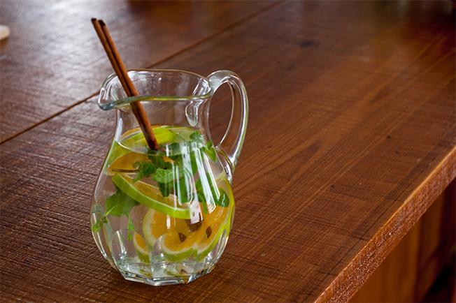 Água aromatizada com laranja, hortelã e canela