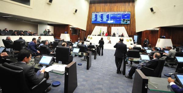 Deputados aprovam reposição salarial de 4,9% para servidores do Legislativo e Judiciário do Paraná