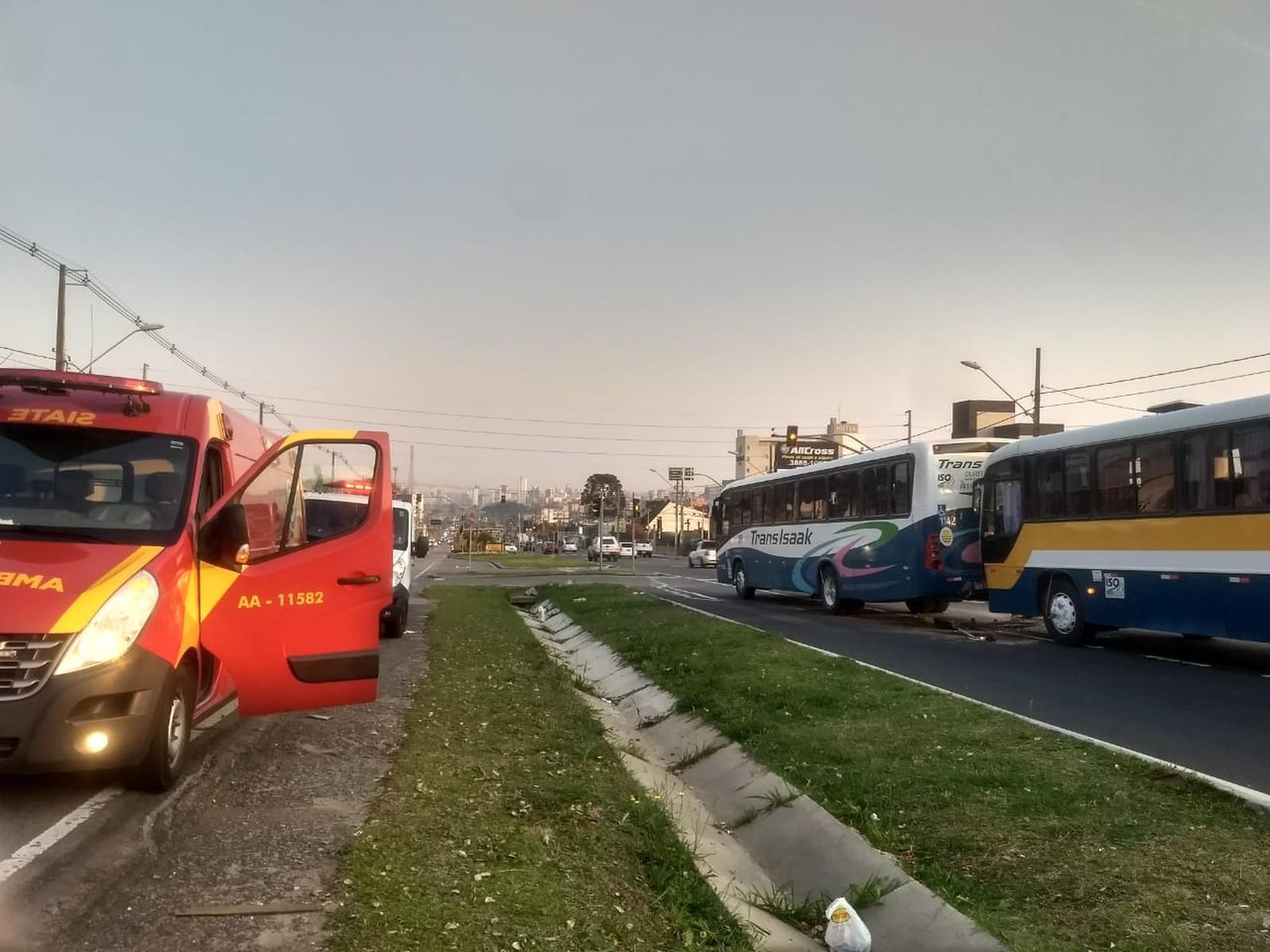 Mais de 20 pessoas ficam feridas em acidente entre dois ônibus em Curitiba