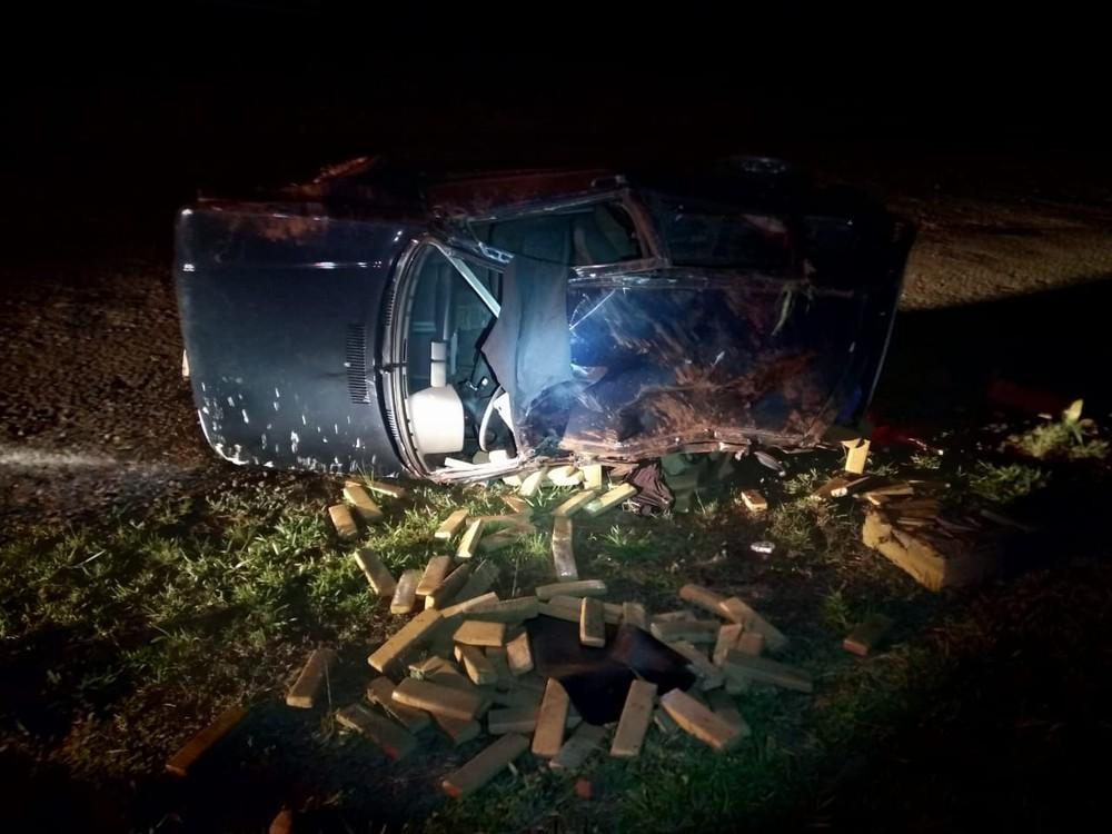 Carro com 277 kg de maconha capota durante perseguição, em Cascavel