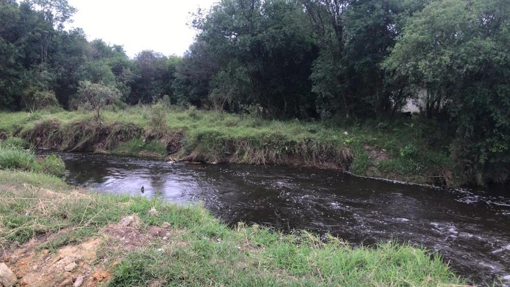 Corpo de mulher é encontrado dentro de rio; filho da vítima estava em carro abandonado