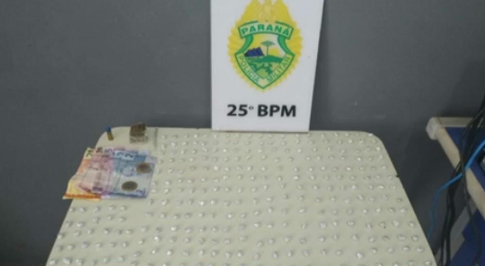 Polícia apreende 300 pedras de crack em caixa de descarga
