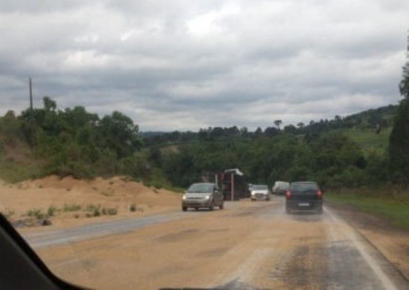 Caminhão tomba e espalha carga na PR 170 em Guarapuava