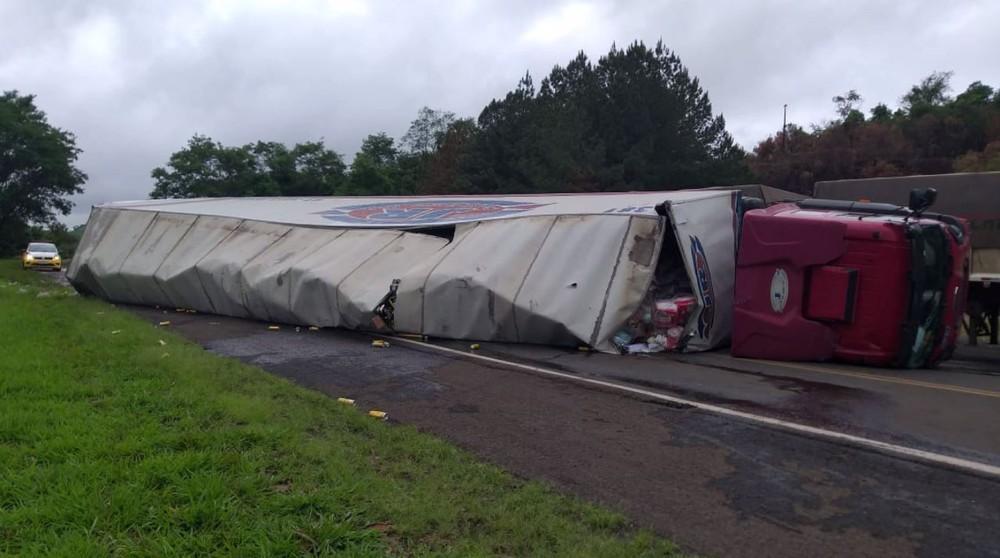 Motorista fica ferido após tombar caminhão na PR-460 em Pitanga