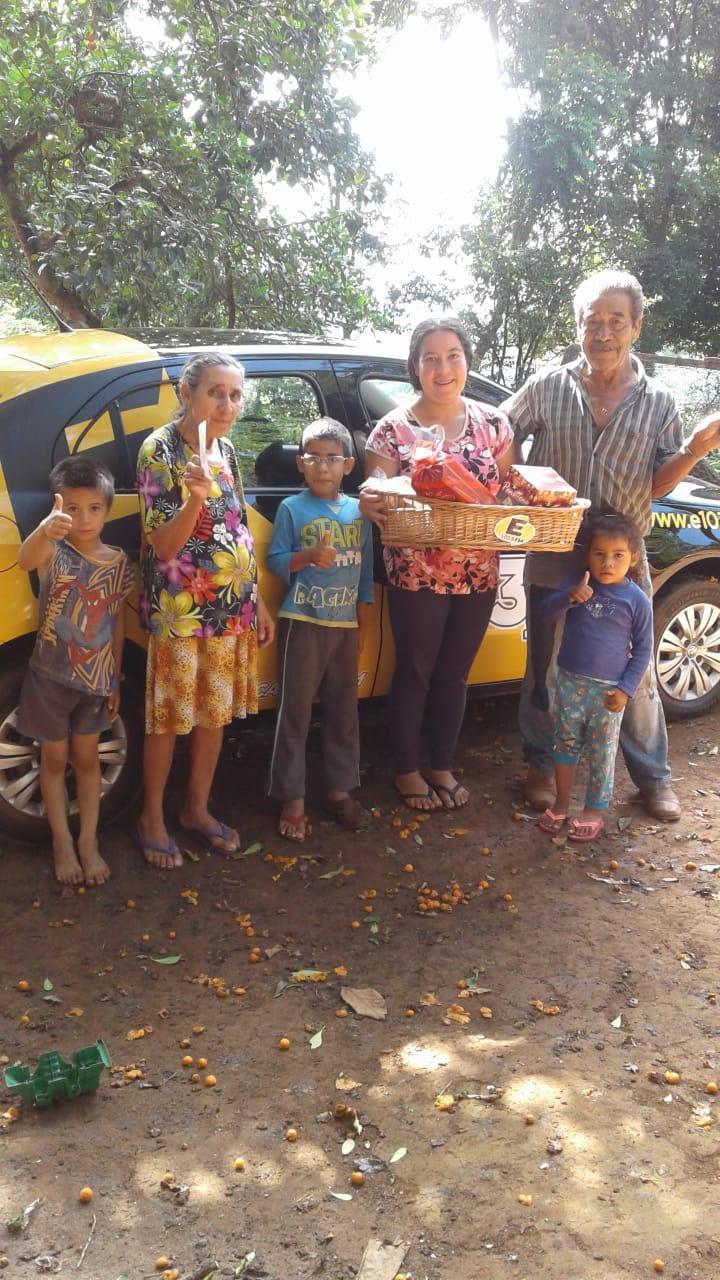 Na foto, Maria posa com a família.