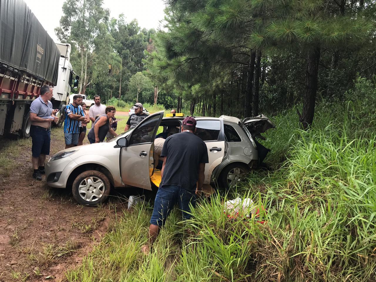 Grave acidente entre carro e carreta deixa dois feridos na PR-565 em Laranjeiras do Sul