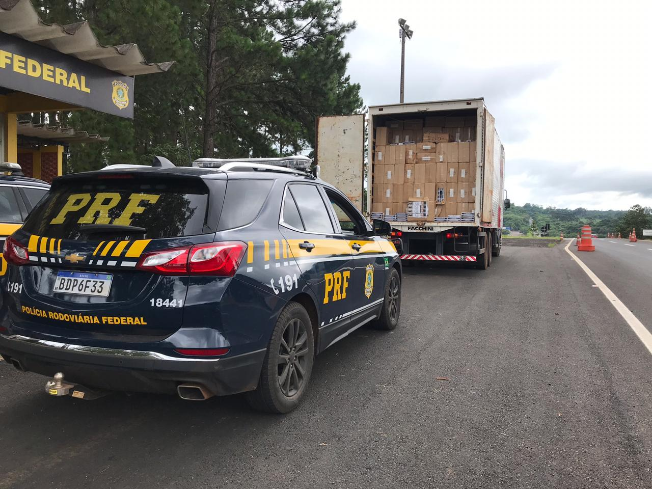 PRF apreende caminhão carregado com cigarros paraguaios em Laranjeiras do Sul