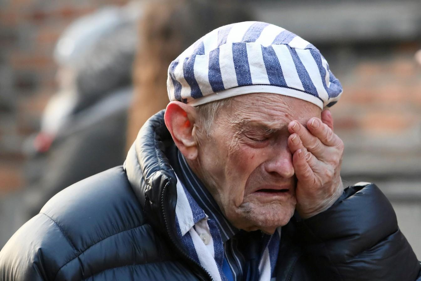 Sobrevivente chora no campo de concentração de Auschwitz, na Polônia, nesta segunda-feira (27), durante cerimônia que lembra os 75 anos da libertação — Foto: Jakub Porzycki / Agência Gazeta via Reuters