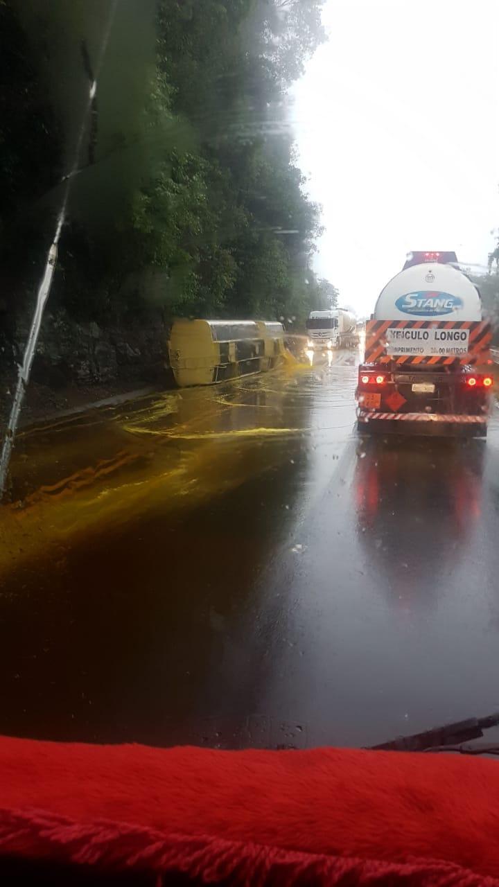 Caminhão-tanque carregado com óleo vegetal tomba na Serra da Esperança em Guarapuava