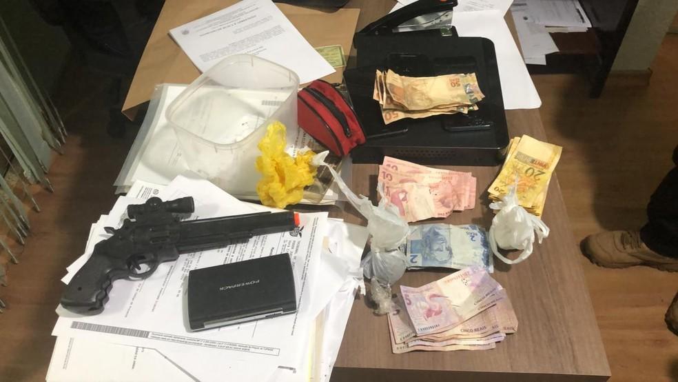 Suspeito de tráfico engole buchas de cocaína ao ser abordado em operação e morre por overdose em Mandaguari