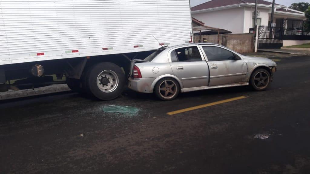 Veículo bate em caminhão no centro de Laranjeiras do Sul