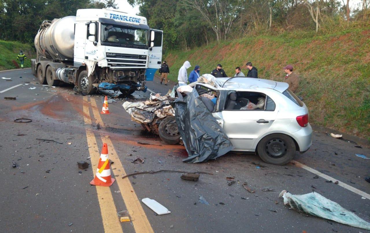 Irmãos morrem em batida frontal entre carro e bitrem na BR 277 em Cantagalo