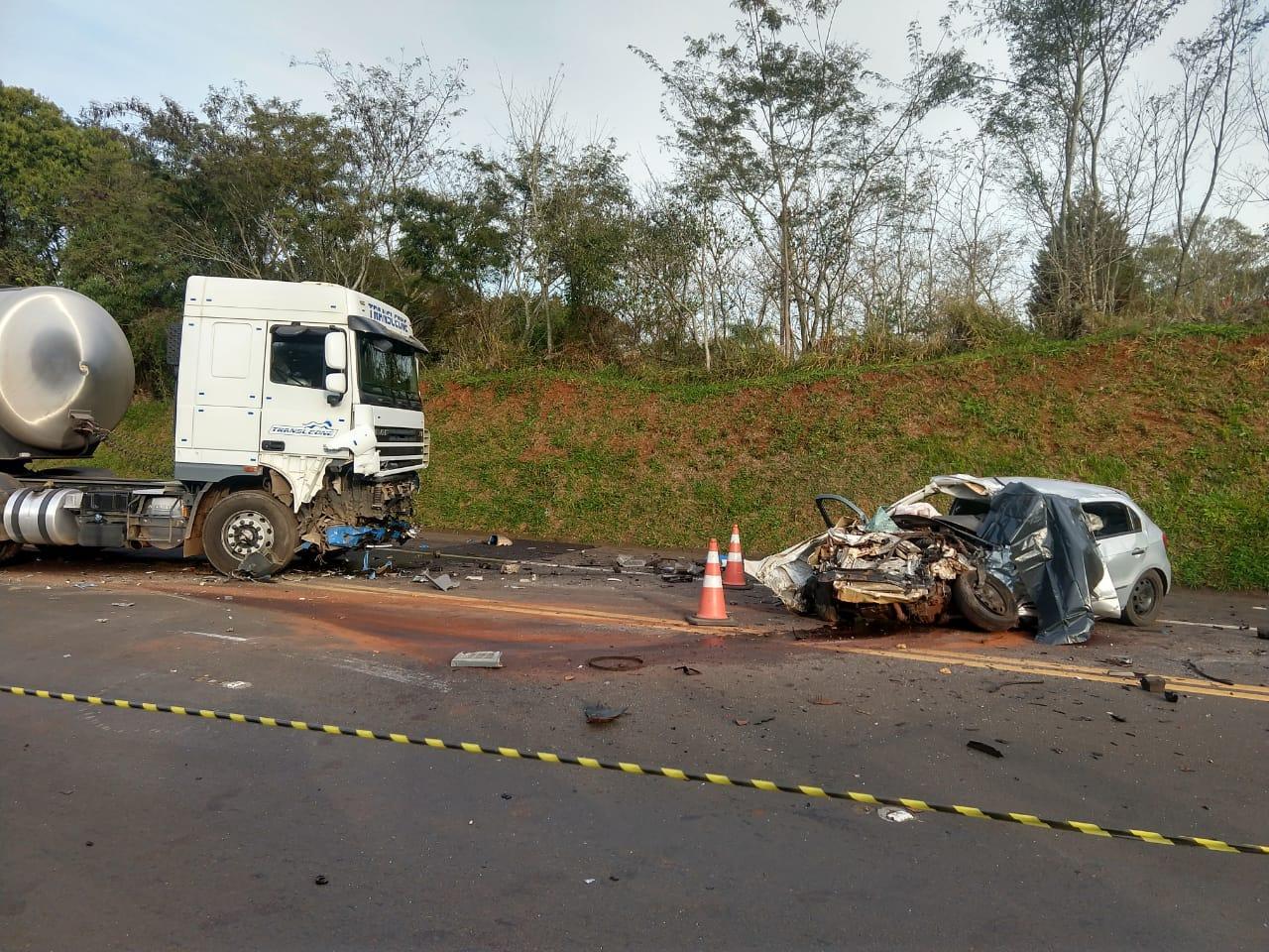 Duas pessoas morrem em batida frontal entre carro e bitrem na BR 277 em Cantagalo