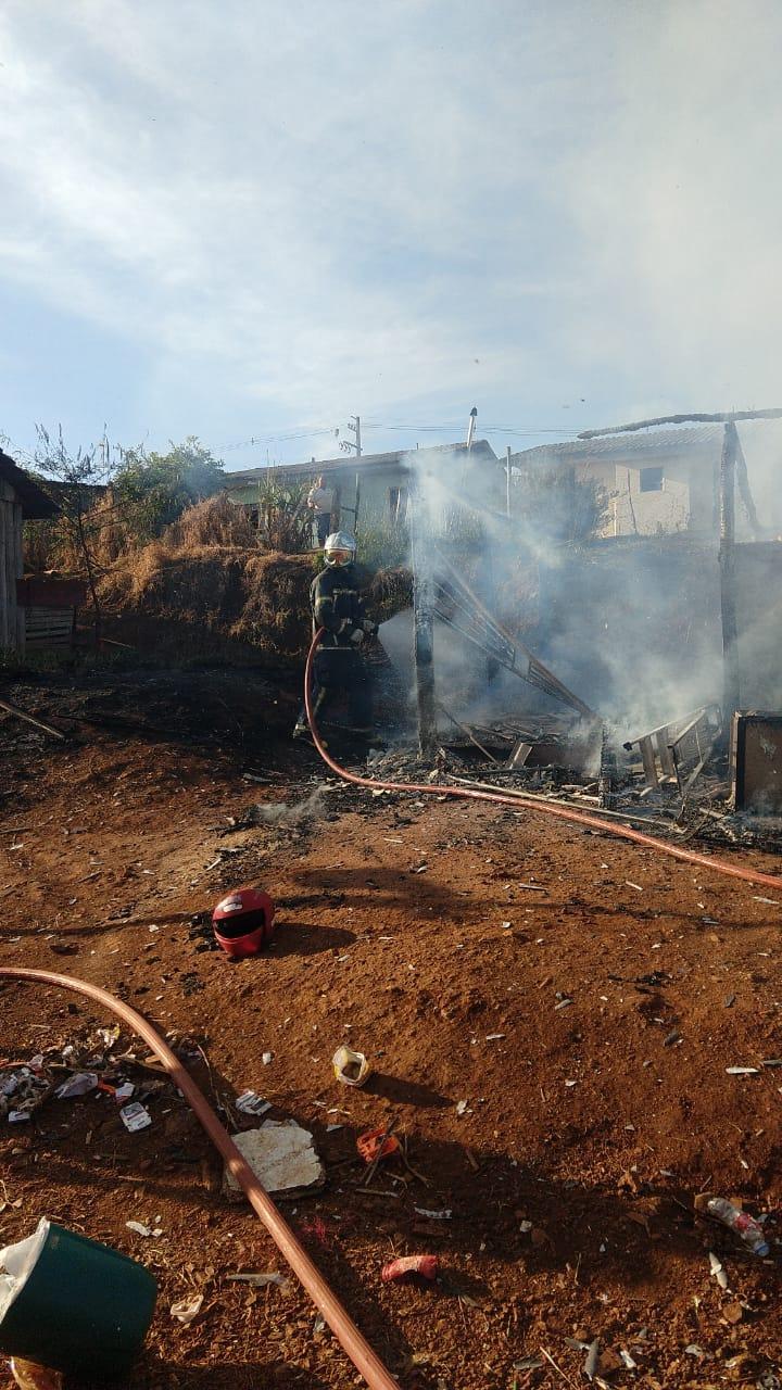 Duas casas pegam fogo no bairro São Miguel em Laranjeiras do Sul