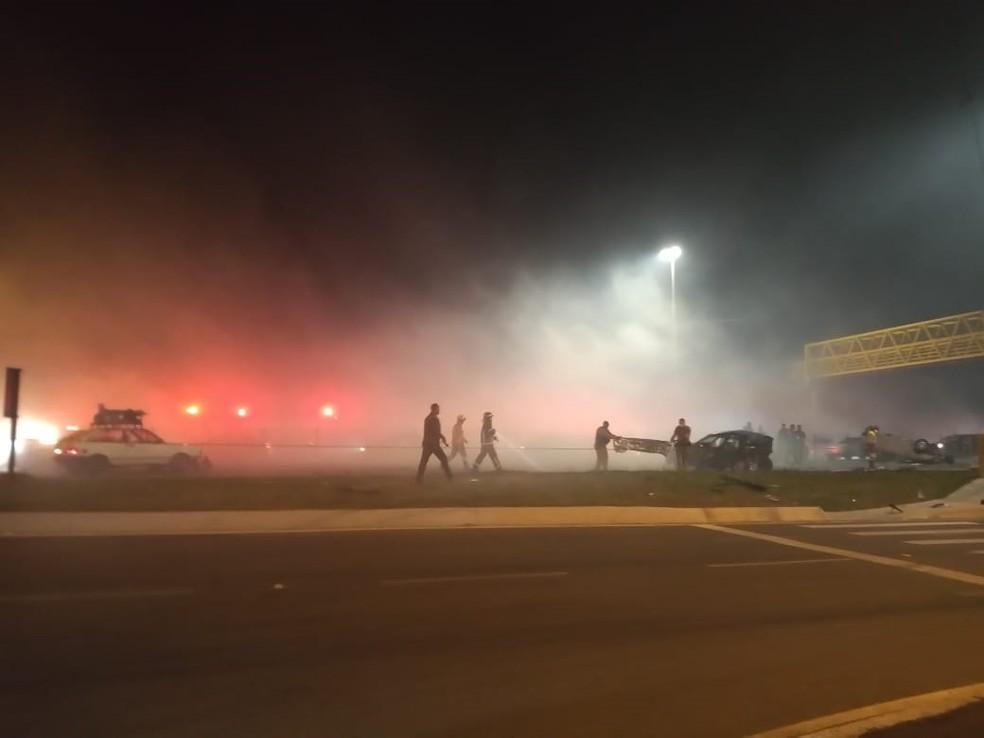 Trecho de acidente com 8 mortos na BR-277, em São José dos Pinhais, é bloqueado novamente por causa da falta de visibilidade, diz PRF