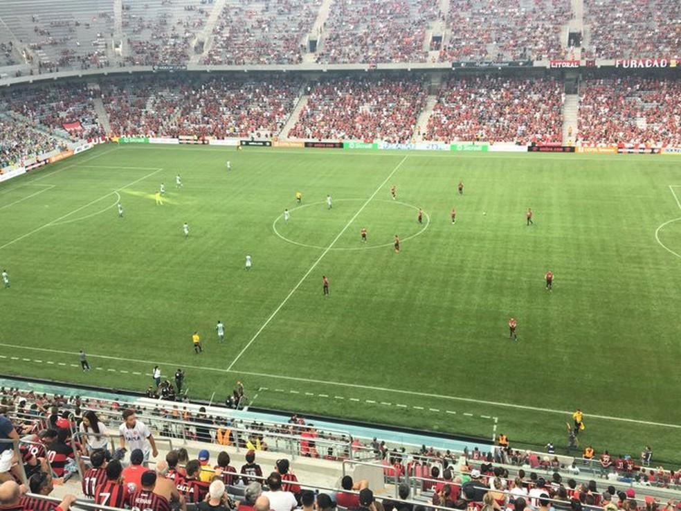 Deputados aprovam projeto que prevê punição por atos de racismo e homofobia em estádios no Paraná