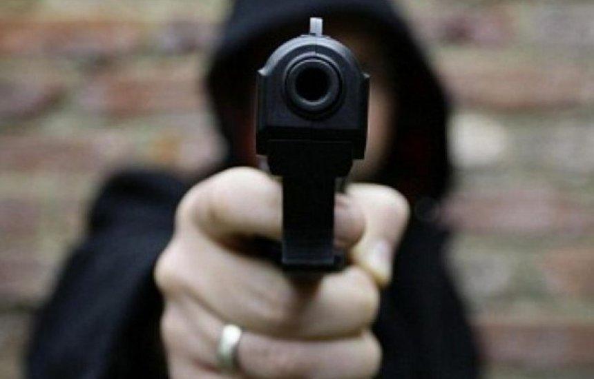 Homem armado rouba loja no centro de Pitanga em plena luz do dia.