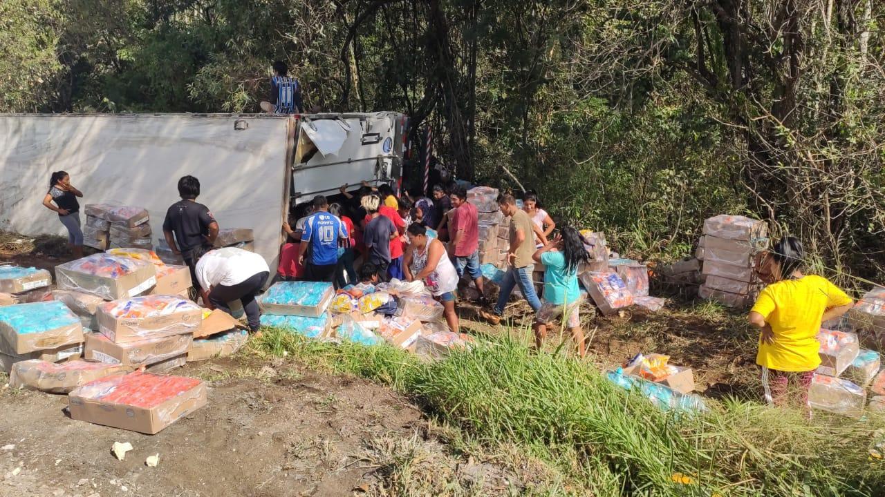 Caminhão carregado com frango tomba na BR 277 em Nova Laranjeiras; carga está sendo saqueada