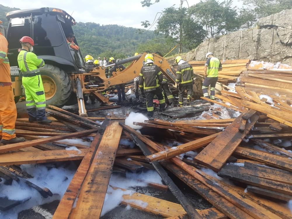 Caminhão tomba e mata casal de ciclistas, motociclista e passageira no Morro do Boi em SC
