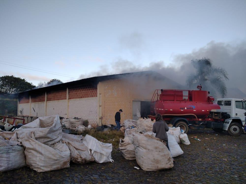 Incêndio causa grandes prejuizos em fabrica de vestuarios de Reserva do Iguaçu