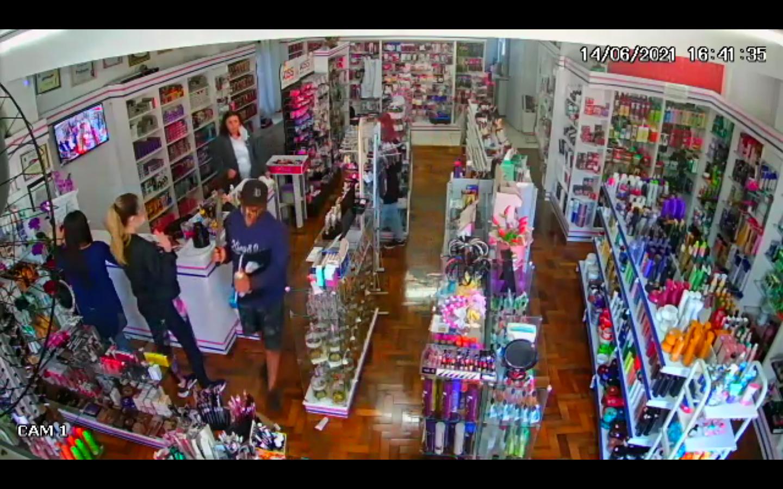 Dupla armada rouba loja de cosméticos no centro de Laranjeiras do Sul.