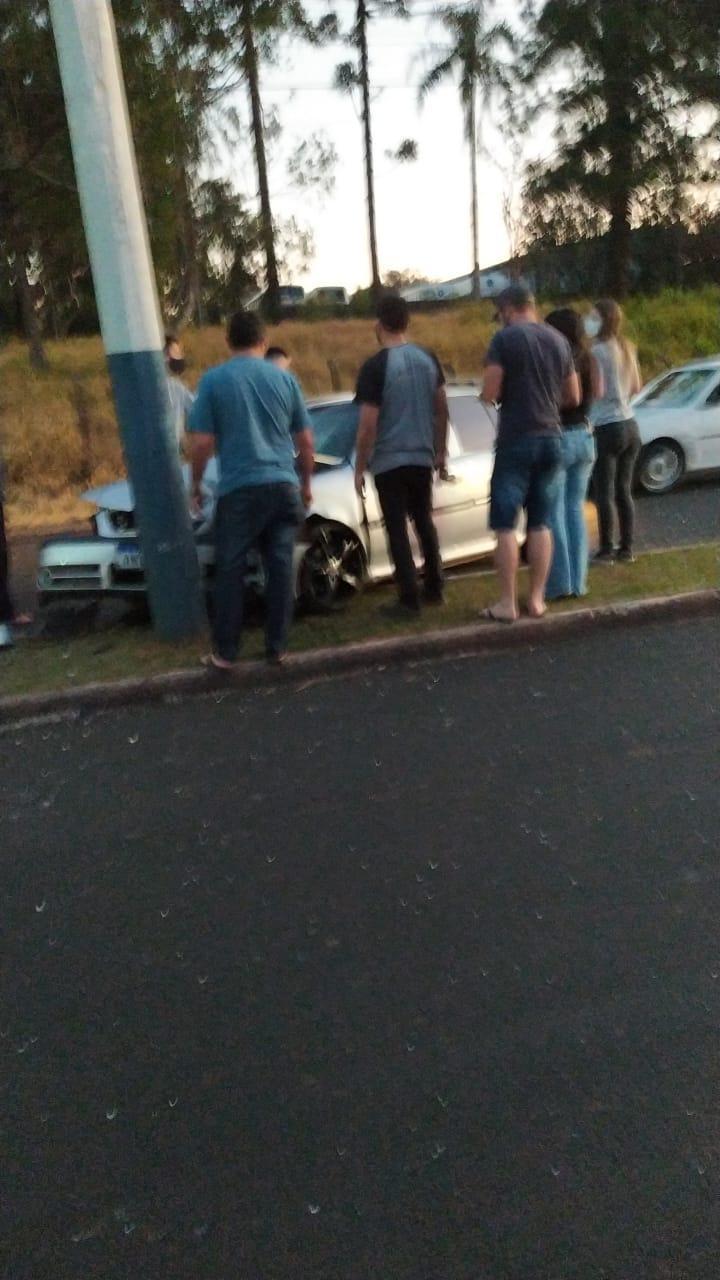 Veículo bate em poste na avenida José Campigotto em Laranjeiras do Sul