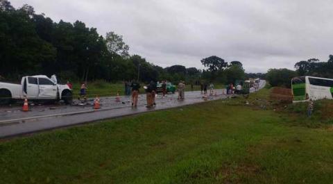 Acidente entre ônibus e caminhonete deixa mortos e feridos BR 373